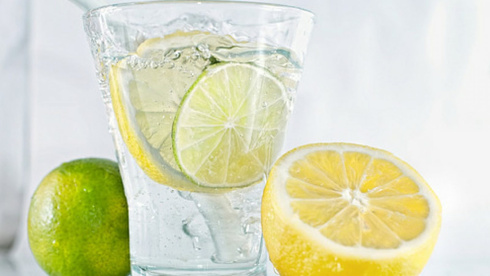 Mlaka voda sa limunom jača imunitet i topi kilograme