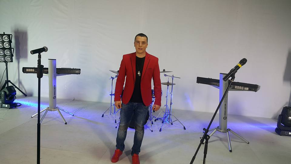 "Dejan Verić tvrdi:""Pored dobre pesme, publiku ću opiti i vinom""!"
