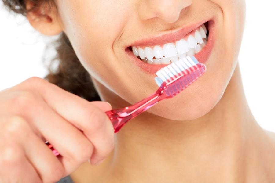 Trikovi za blistav osmeh: Izbelite zube namirnicama koje imate u kuhinji!