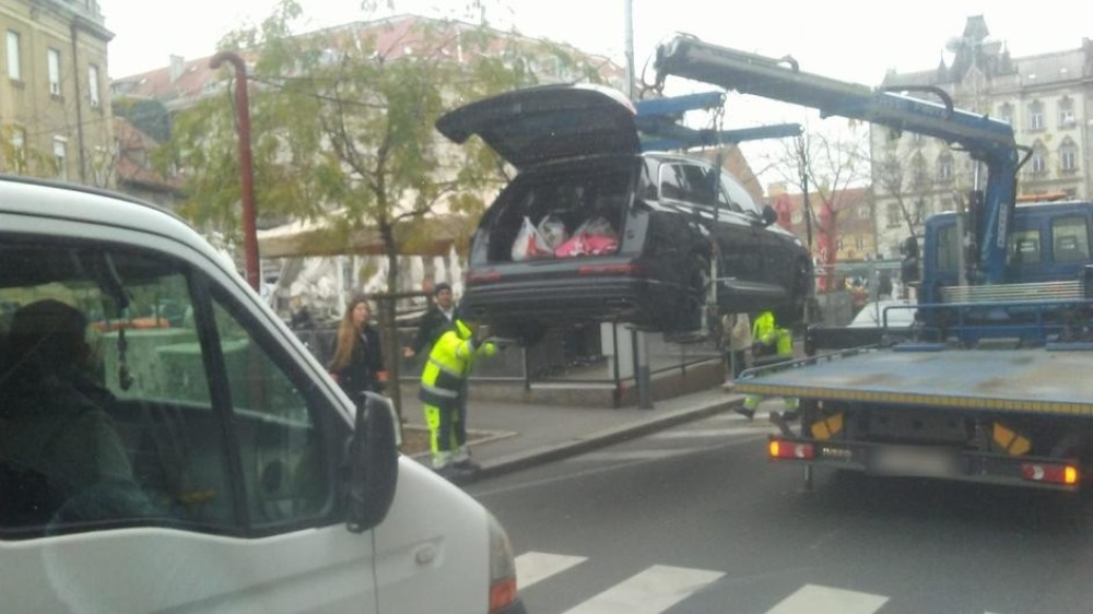 Zbog blokiranja ulice, poznatoj voditeljki pauk odneo auto