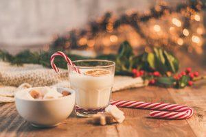 Hidrira, hrani kosu i nokte, leči ispucale pete: DEVET razloga da večeras popijete čašu mleka!