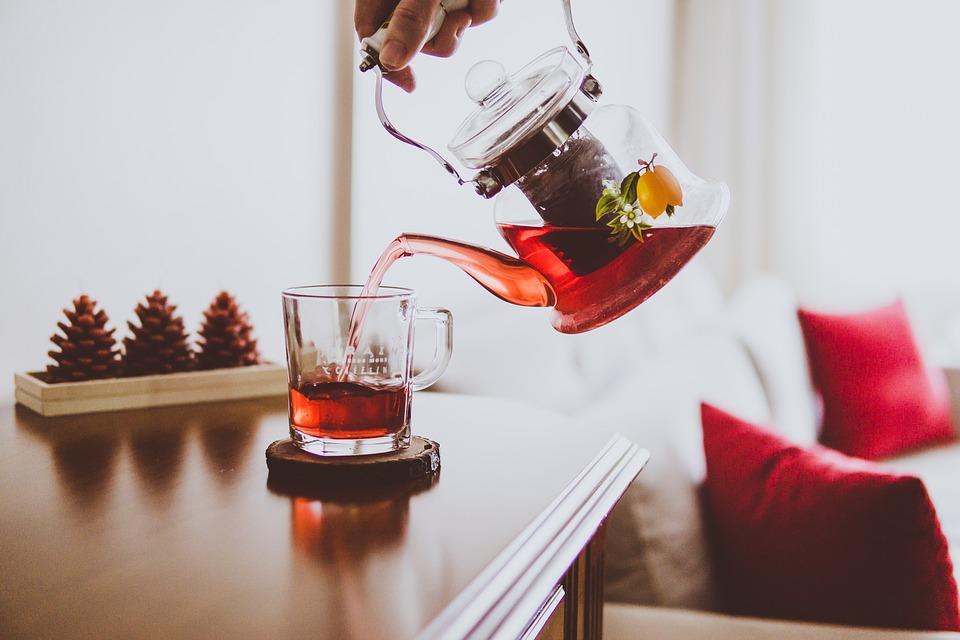 Pijte više čaja  Čaj je pun antioksidantivnih jedinjenja, uključujući katehine, za koje se pokazalo da imaju višestruke zdravstvene prednosti, uključujući doprinos pri ubrzanju metabolizma. Katehini koji se nalaze u zelenom i crnom čaju blokiraju COMT enzim i povećavaju oslobađanje norepinephrine, hormona koji sagoreva masti. Kada je aktivan, stimuliše puteve sagorevanja masti, posebno kada se kombinuje sa drugim sastojcima koji se nalaze u čaju. Rezultat je povećana potrošnja energije,  što znači da vaš metabolizam sagoreva kalorije čak i dok se odmara. Umesto kafe, probajte da ujutru pijete šolju zelenog čaja s limunom. Možete ga čak piti hladnog tokom celog dana.
