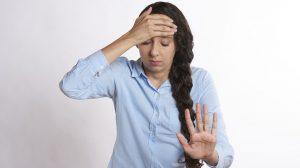 Brzinski ublažite sami sebi bolove: Za glavobolju - pritiskajte palac, za bolna ramena - plivajte na stolu