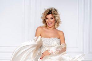 Kija Kockar na slikanju za naslovnu stranu u venčanicama